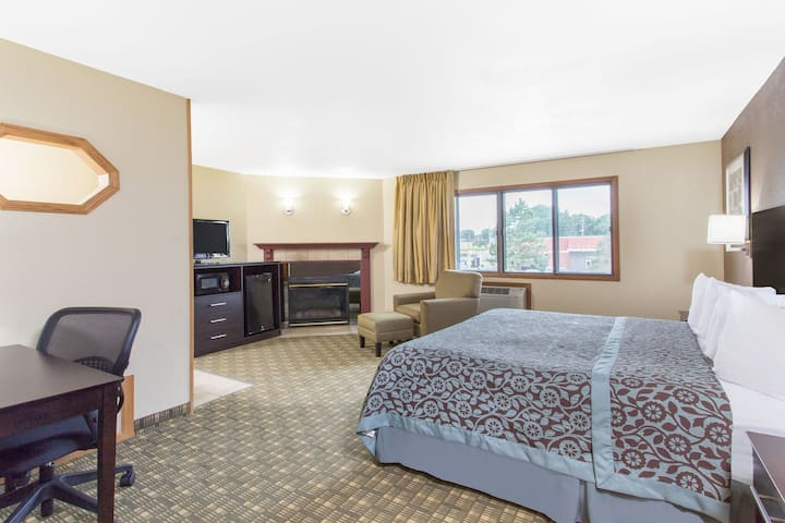 Days Inn & Suites Waterloo suite in Waterloo, Iowa