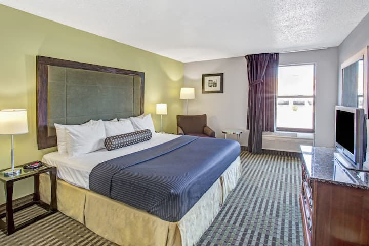 Guest room at the Days Inn Great Lakes - N. Chicago in Lake Bluff, Illinois
