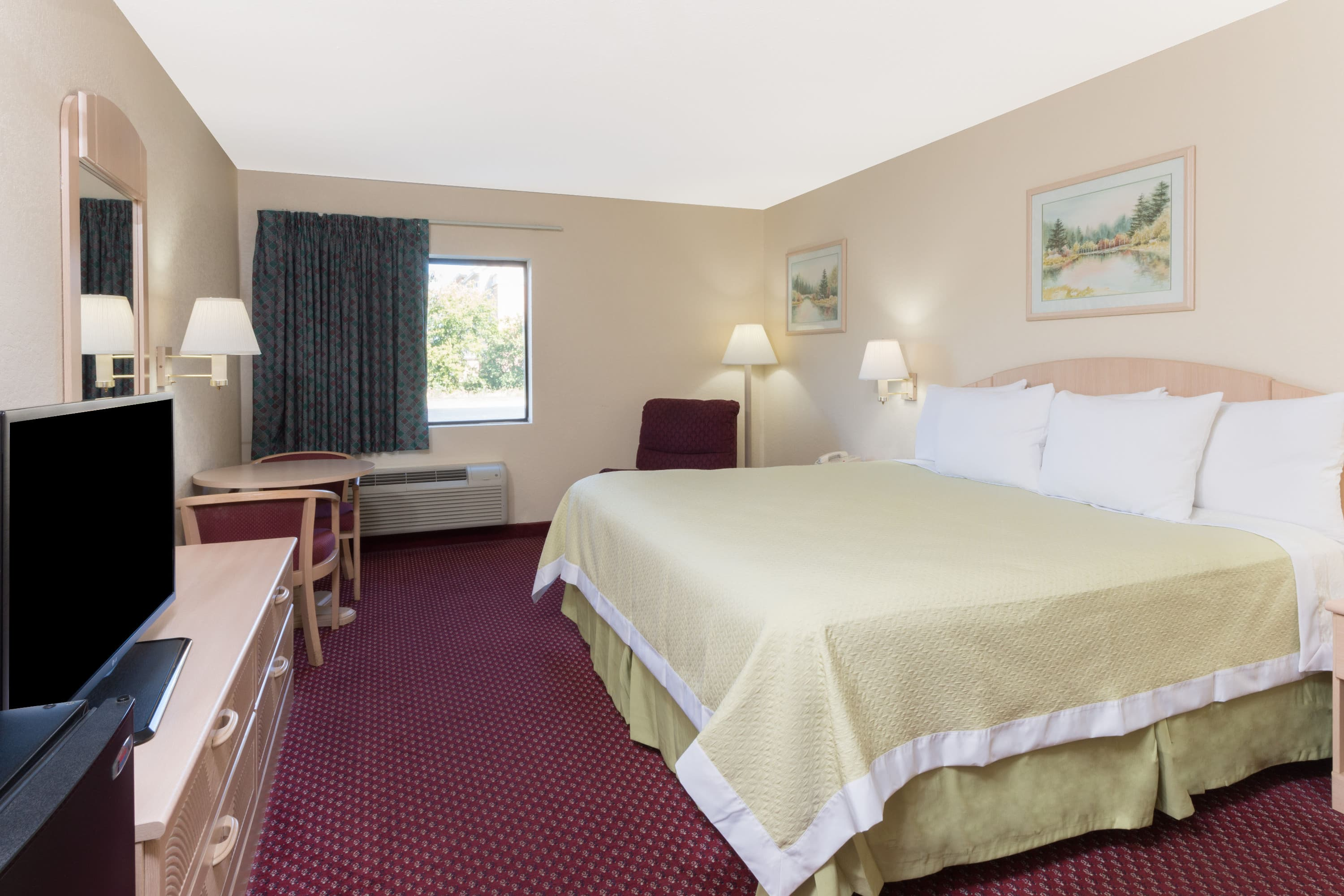 Guest room at the Days Inn Mount Vernon in Mount Vernon, Illinois