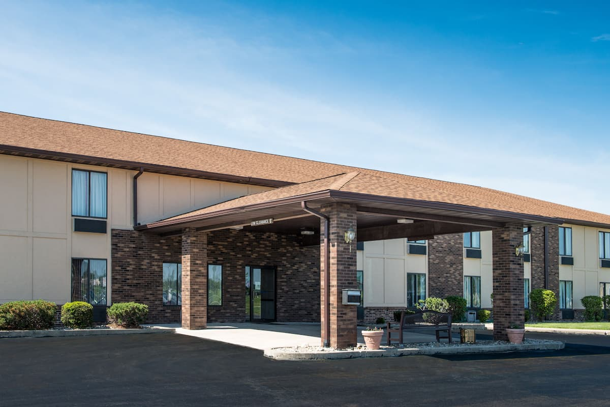 Exterior Of Days Inn By Wyndham Pontoon Beach Hotel In Illinois