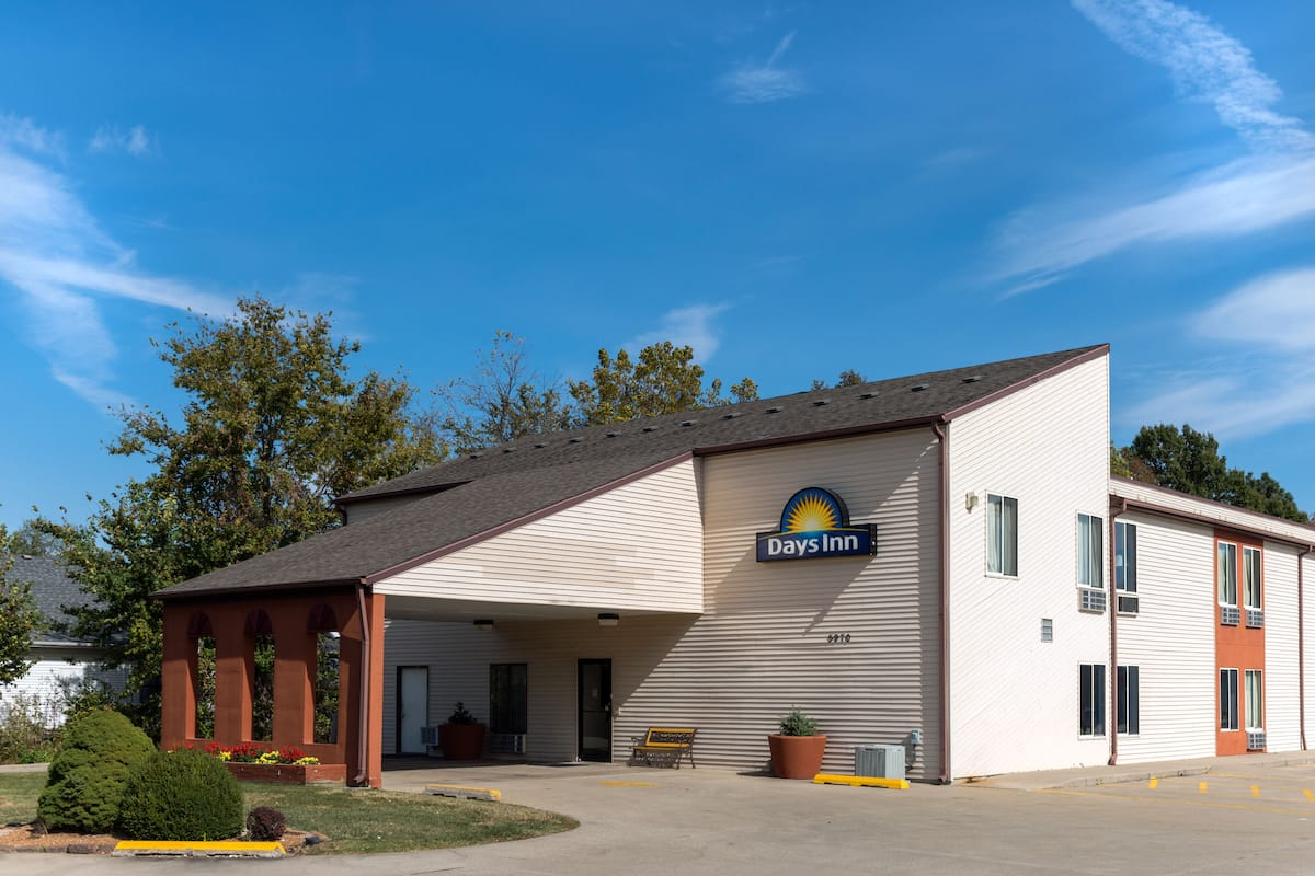 Exterior Of Days Inn By Wyndham Springfield Hotel In Illinois