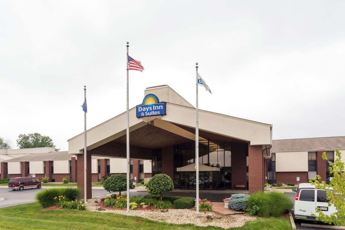 Exterior Of Days Inn Suites Northwest Indianapolis Hotel In Indiana