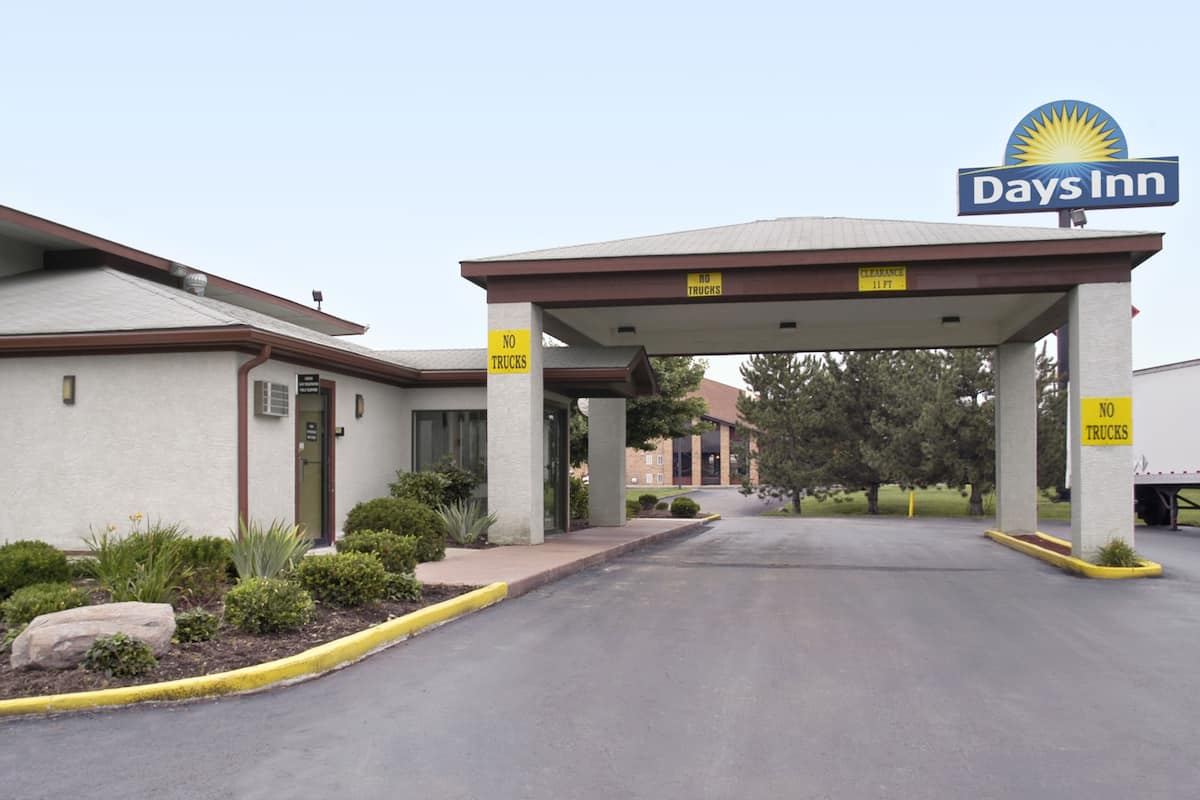 Exterior Of Days Inn Plainfield Hotel In Indiana