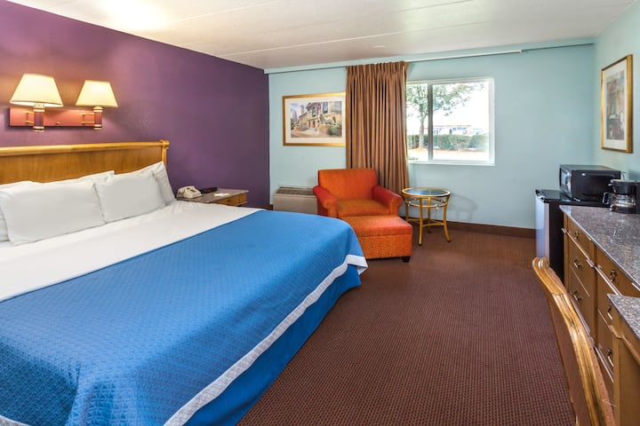 Guest room at the Days Inn Portage in Portage, Indiana