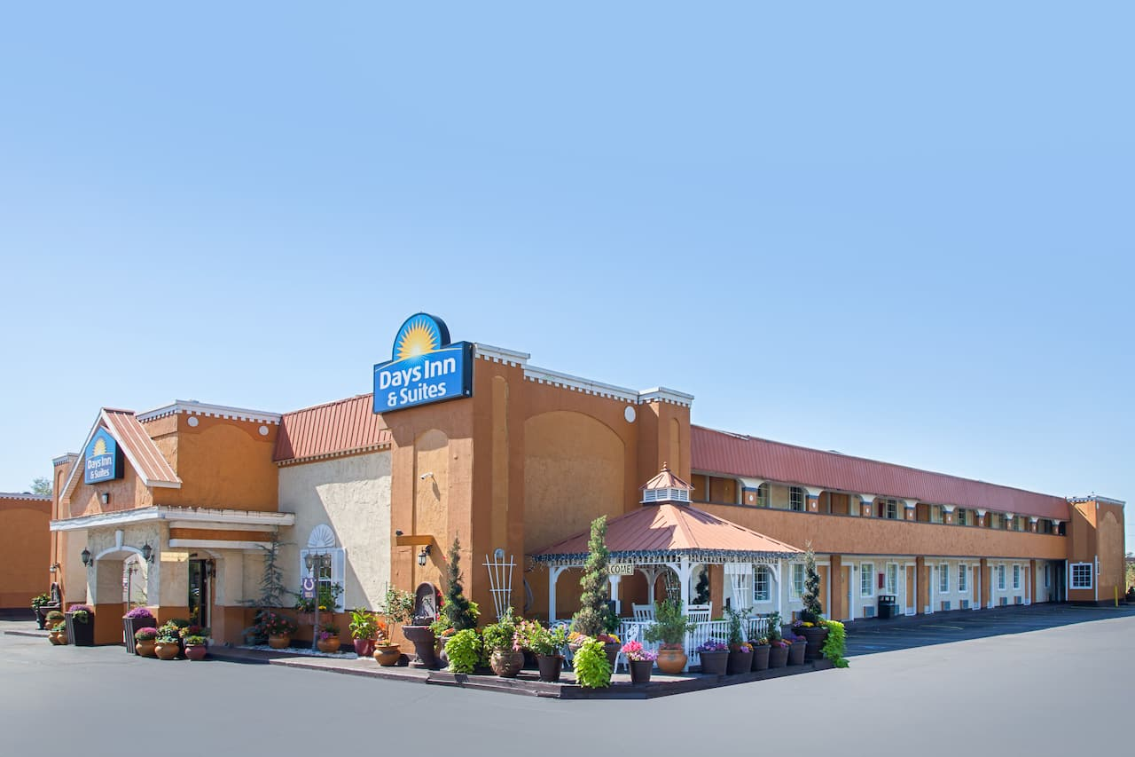Days Inn & Suites Terre Haute in  Sullivan,  Indiana
