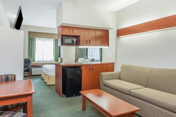 Days Inn - near Kansas Speedway suite in Kansas City, Kansas