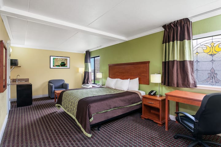 Guest room at the Days Inn Bowling Green in Bowling Green, Kentucky