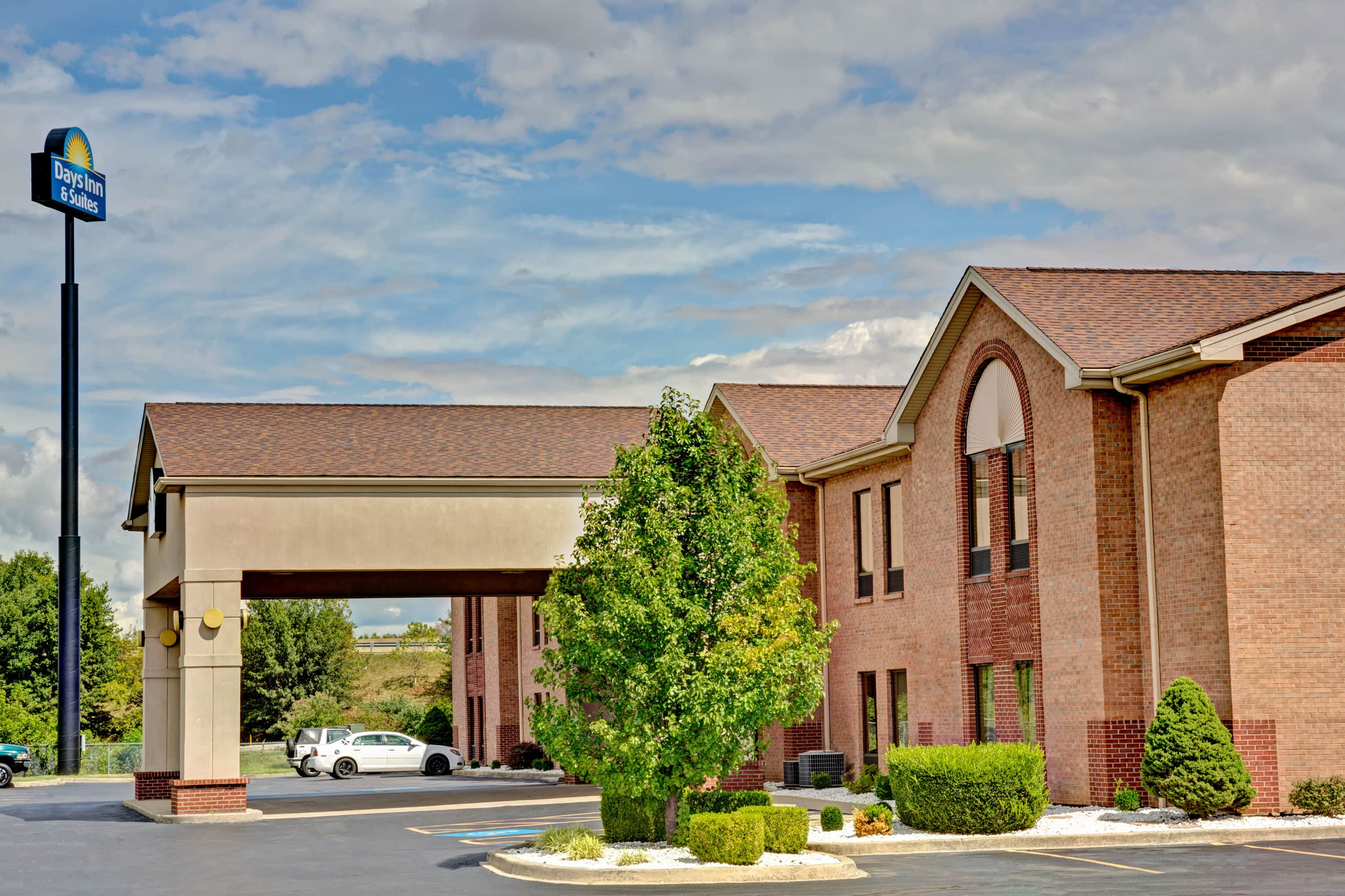Interesting Exterior Of Days Inn U Suites Louisville Sw Hotel In Kentucky With Hotels Near Zoo