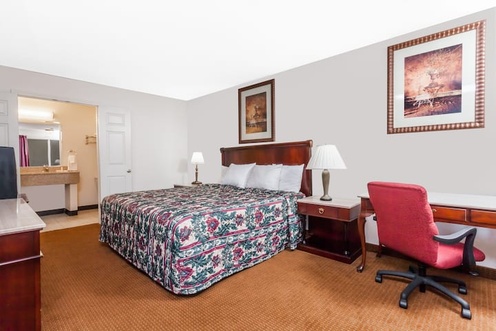 Days Inn Owensboro suite in Owensboro, Kentucky