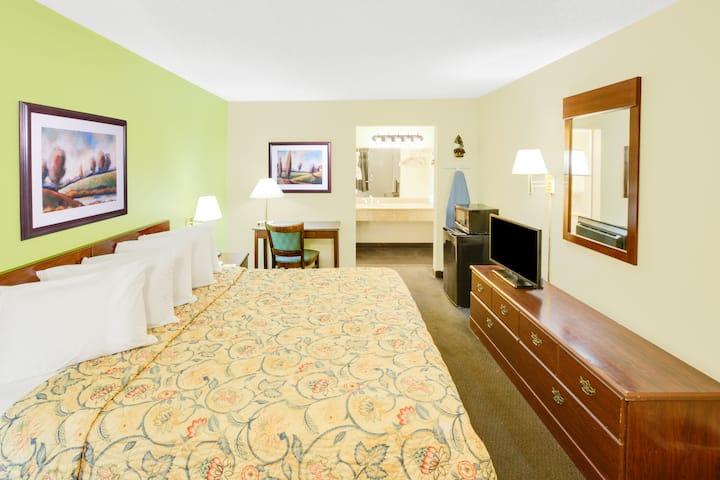 Guest room at the Days Inn Bossier City in Bossier City, Louisiana