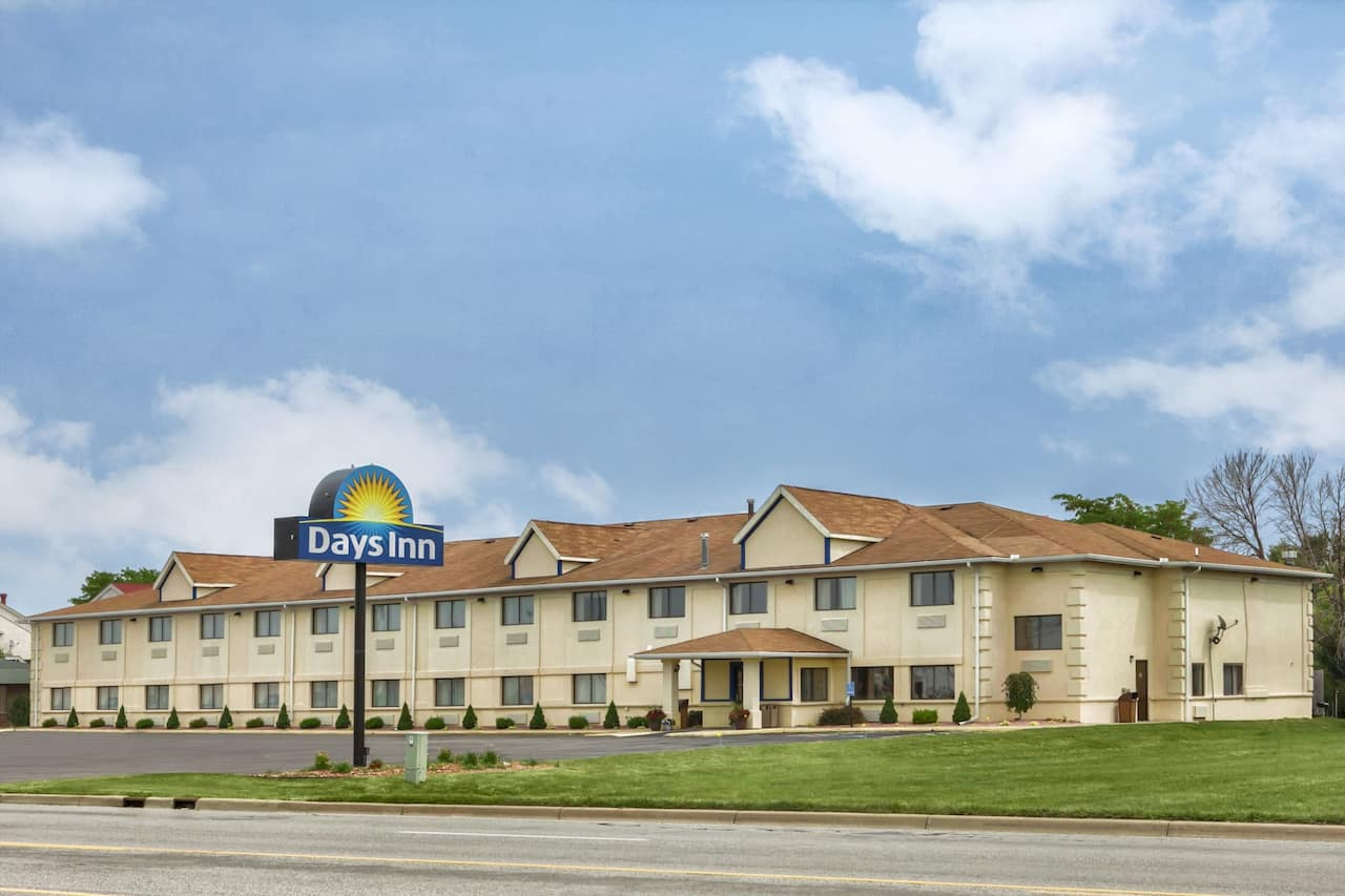 Days Inn & Suites Benton Harbor MI in Stevensville, Michigan