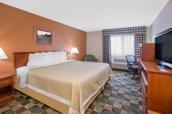 Guest room at the Days Inn Hillsdale in Hillsdale, Michigan