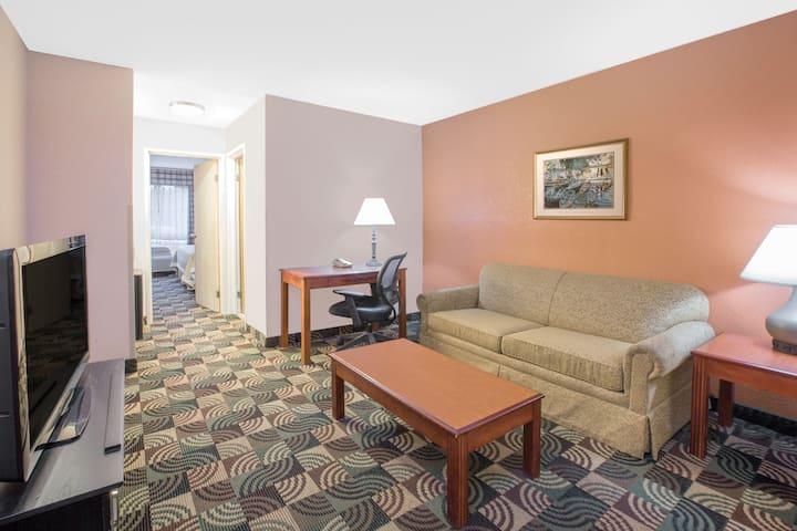 Days Inn Hillsdale suite in Hillsdale, Michigan