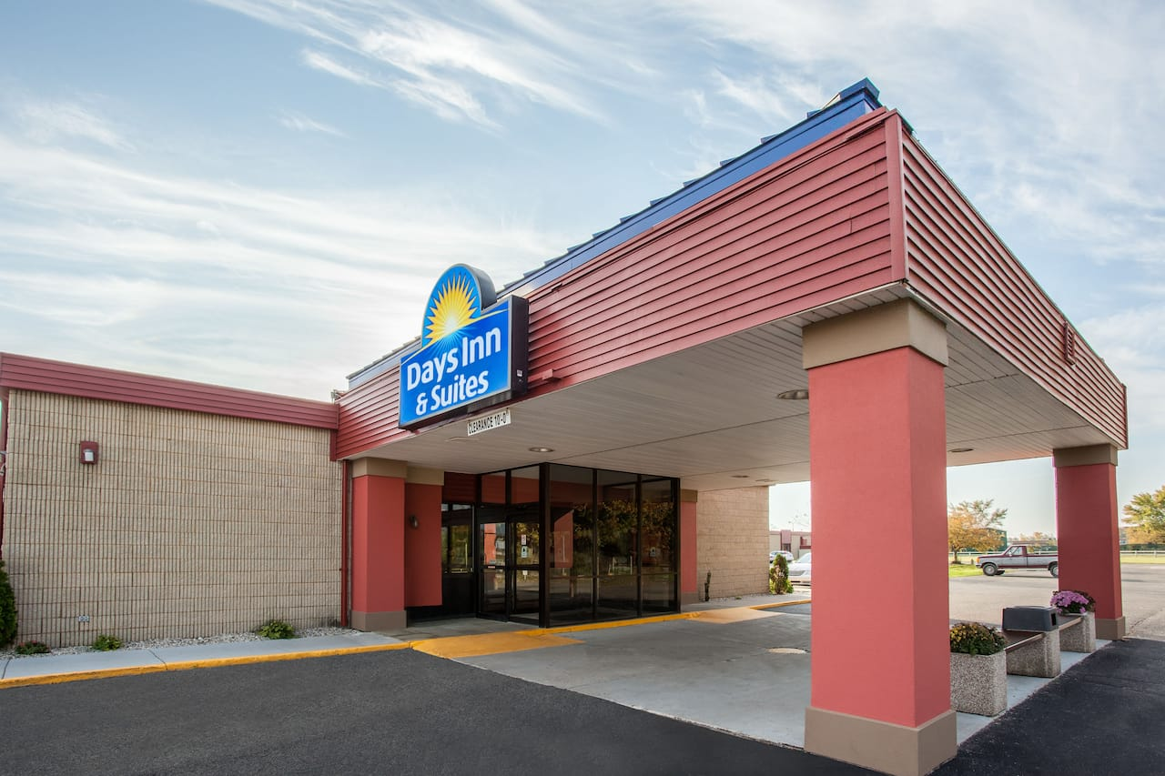 Days Inn & Suites Mt Pleasant in Clare, Michigan