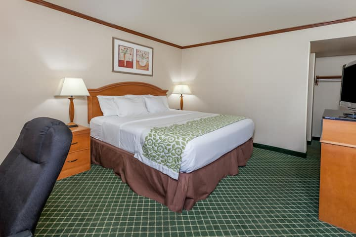 Days Inn & Suites Warren suite in Warren, Michigan