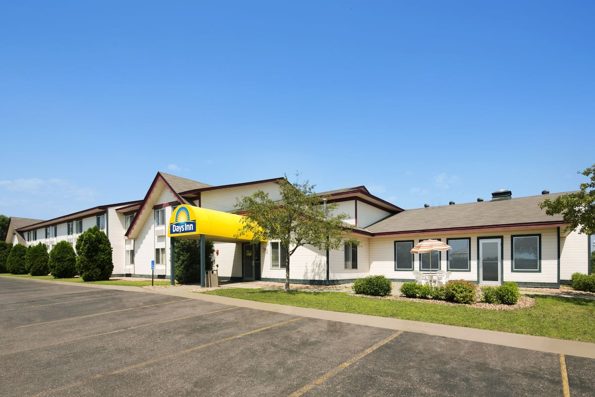 Exterior Of Days Inn Hinckley Hotel In Minnesota