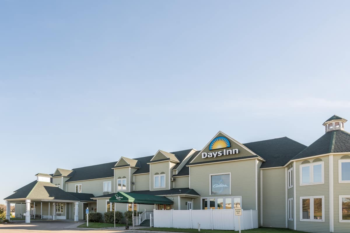 Exterior Of Days Inn Hutchinson Hotel In Minnesota