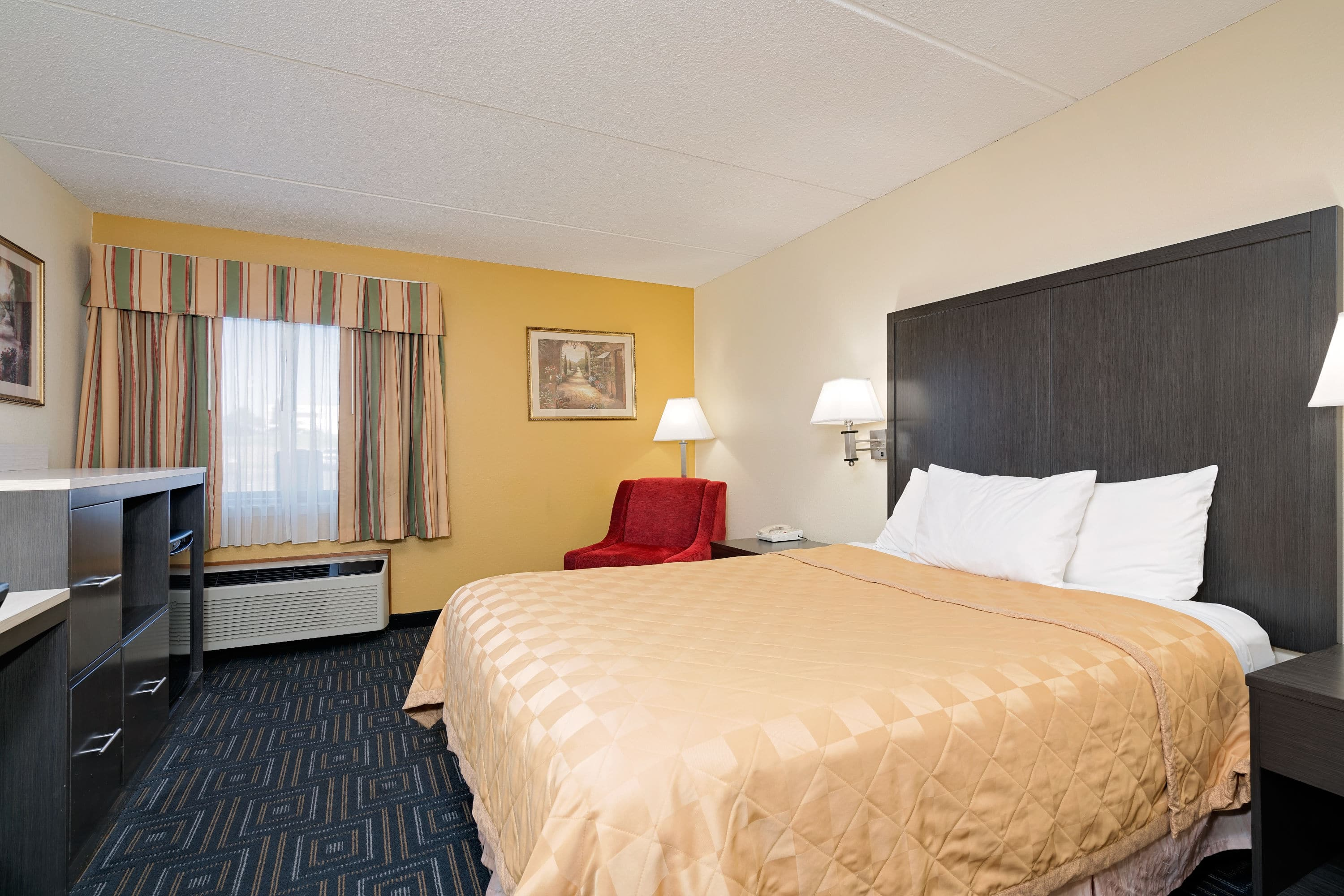 Guest room at the Days Inn Mounds View Twin Cities North in Mounds View, Minnesota