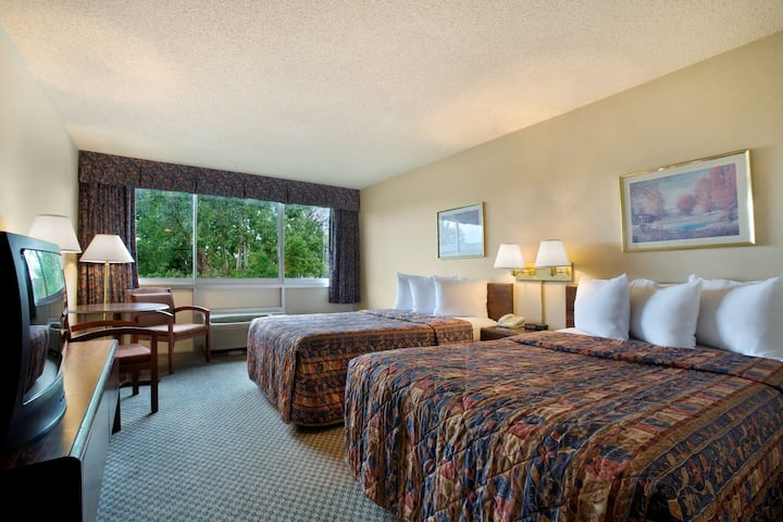 Guest room at the Days Inn Branson/Near the Strip in Branson, Missouri