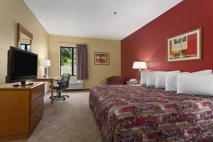 Guest room at the Days Inn Jefferson City in Jefferson City, Missouri