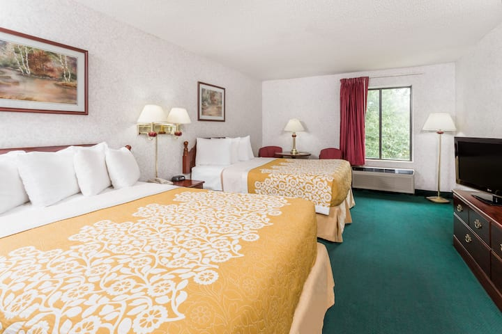 Guest room at the Days Inn Battlefield Rd/Hwy 65 in Springfield, Missouri