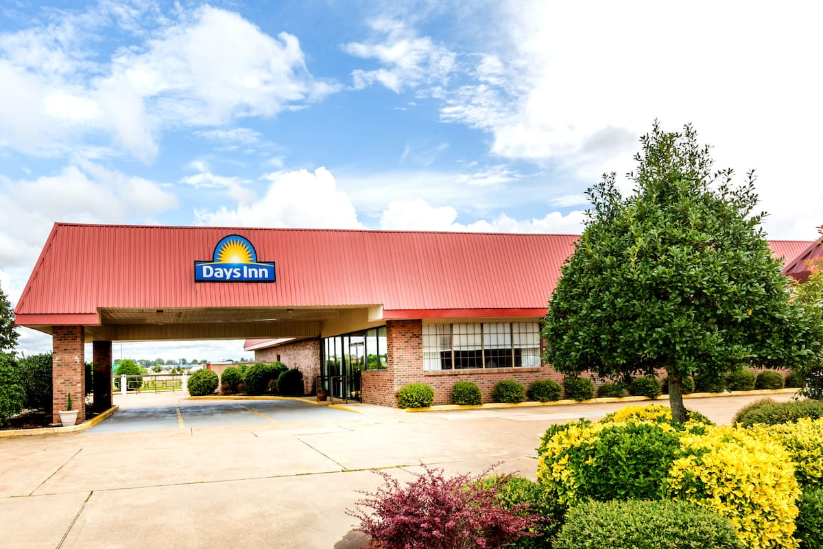 Exterior Of Days Inn By Wyndham Batesville Hotel In Mississippi