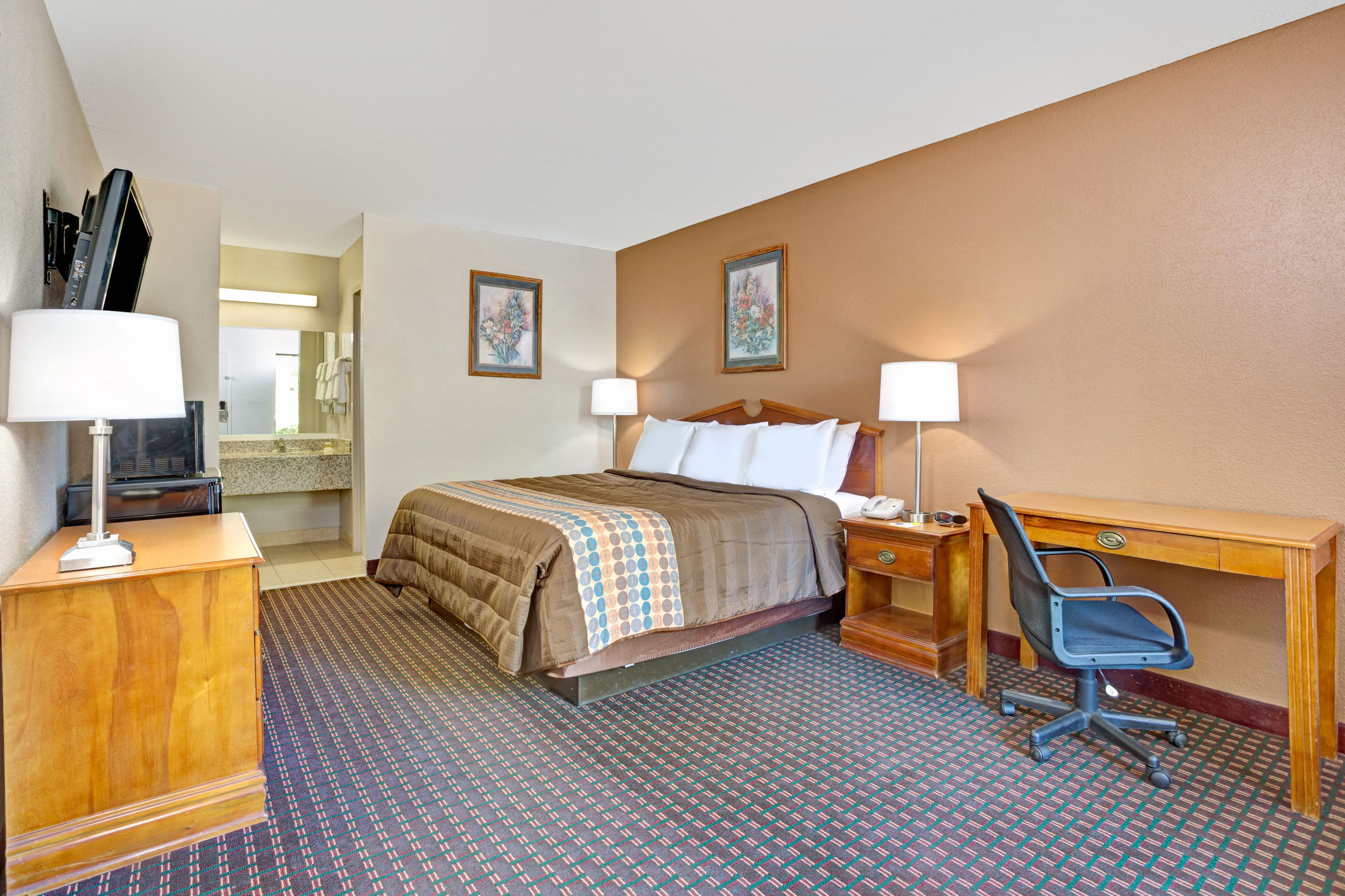 Guest room at the Days Inn Hernando in Hernando, Mississippi
