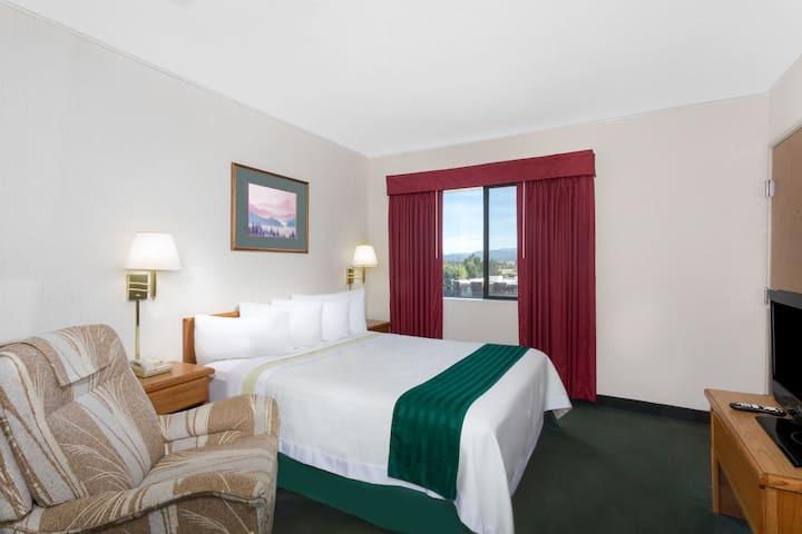 Guest room at the Days Inn Butte in Butte, Montana