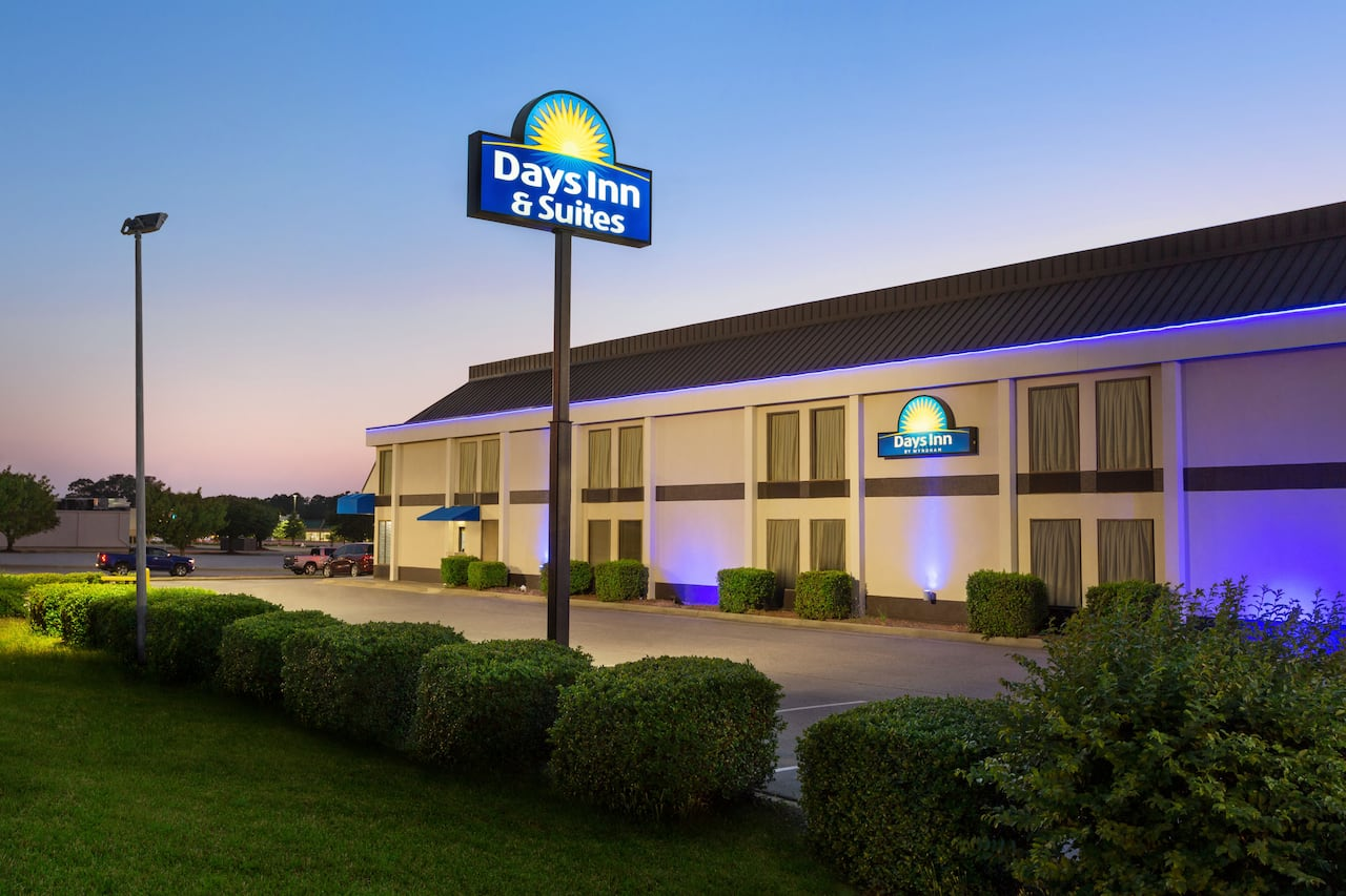 Days Inn & Suites Fayetteville Northwest Fort Bragg Area in Saint Pauls, North Carolina