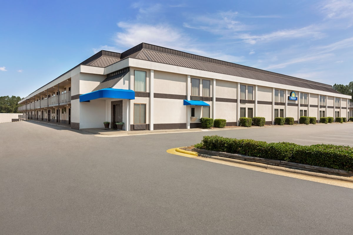 Exterior Of Days Inn Suites Fayetteville Northwest Fort Bragg Area Hotel In North