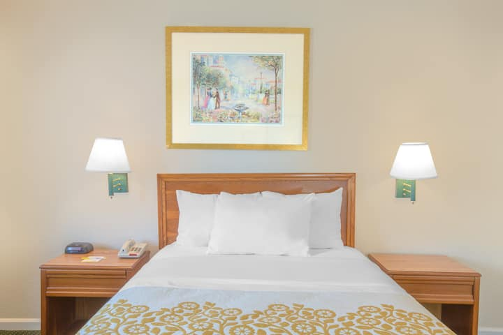 Guest room at the Days Inn Havelock in Havelock, North Carolina