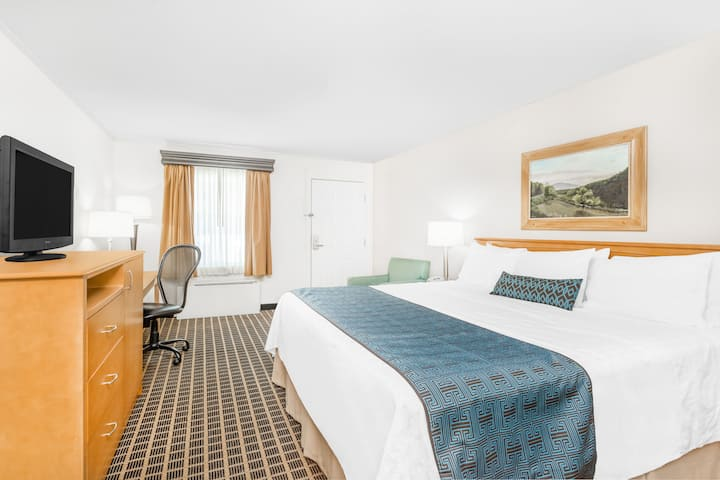 Guest room at the Days Inn Jefferson in Jefferson, North Carolina