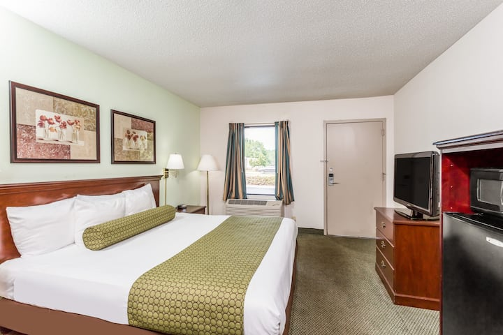 Guest room at the Days Inn Raleigh Glenwood-Crabtree in Raleigh, North Carolina
