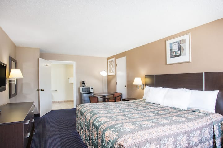 Guest room at the Days Inn Rockingham in Rockingham, North Carolina