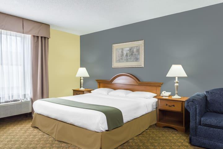 Guest room at the Days Inn Selma in Selma, North Carolina