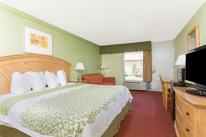 Guest room at the Days Inn Washington in Washington, North Carolina