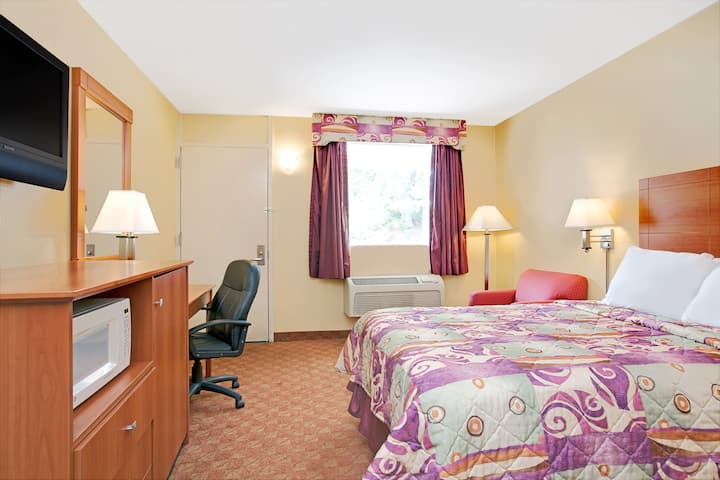 Guest room at the Days Inn Bordentown in Bordentown, New Jersey