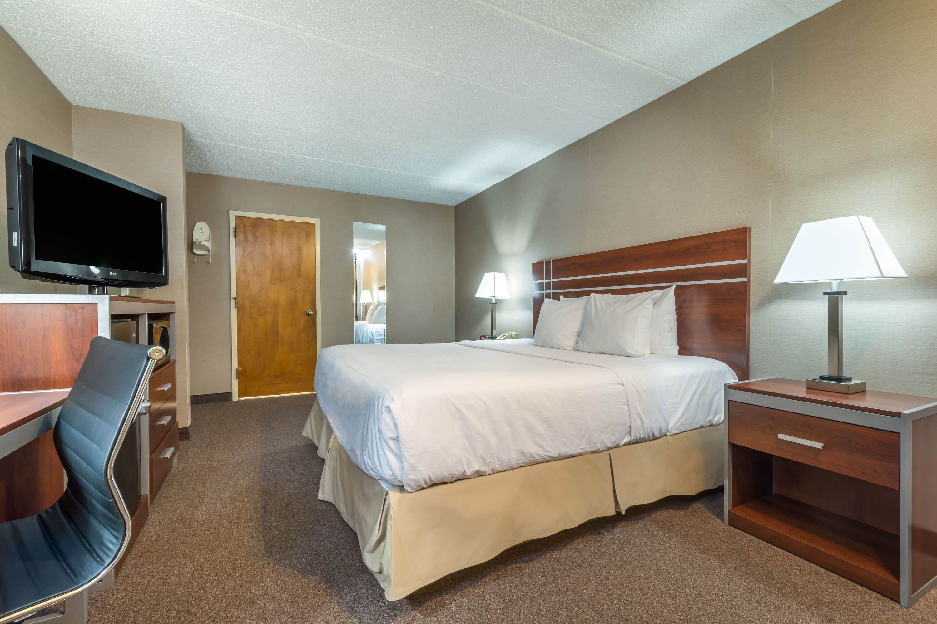 Guest room at the Days Inn Vineland in Vineland, New Jersey