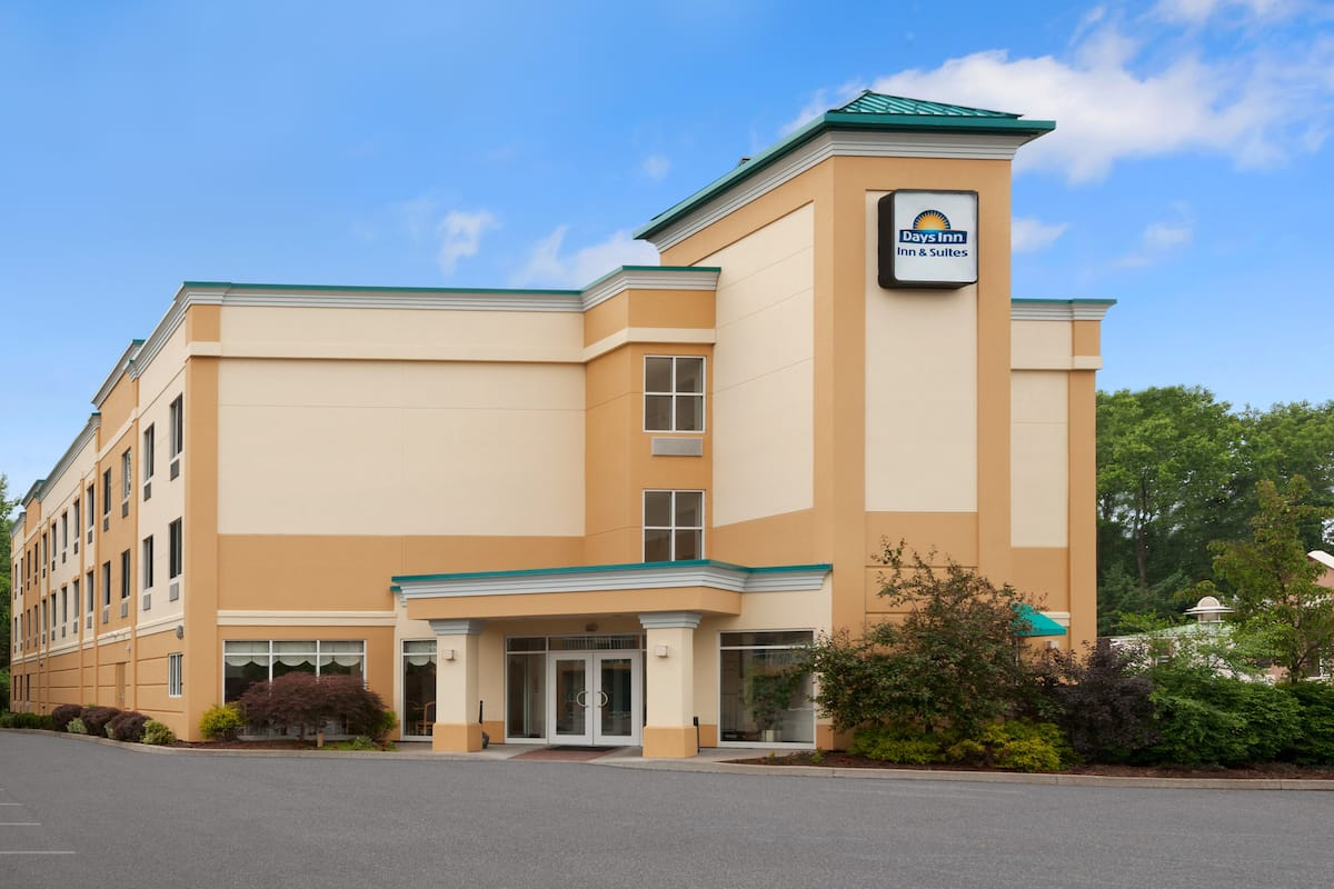 Exterior Of Days Inn Suites Albany Hotel In New York