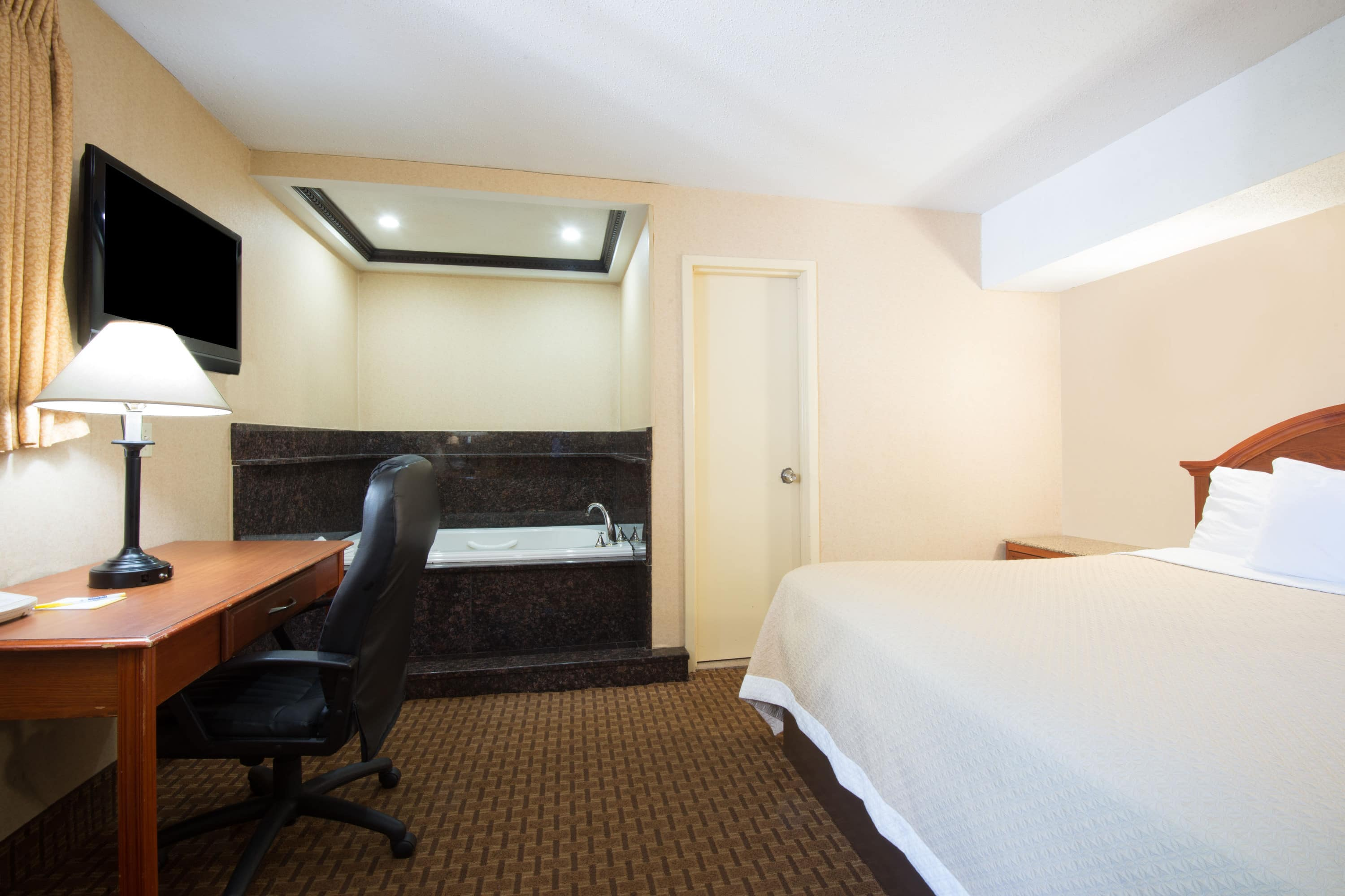 Days Inn Long Island/Copiague suite in Copiague, New York