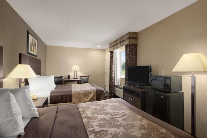Guest room at the Days Inn & Suites Glenmont/Albany in Glenmont, New York