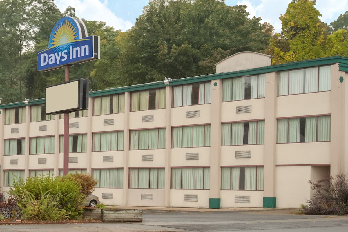 Exterior Of Days Inn Schenectady Hotel In New York