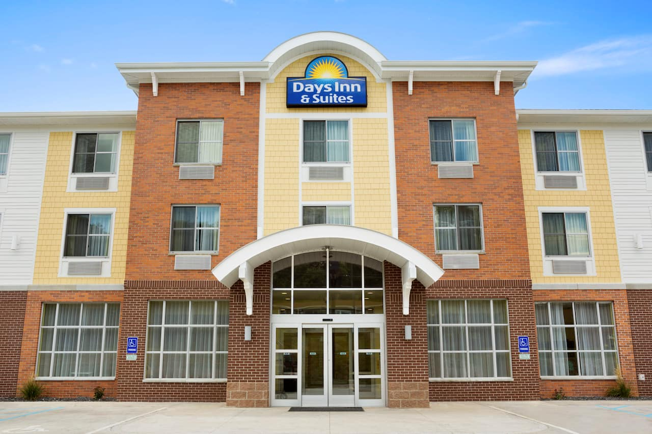 Days Inn & Suites Caldwell in Cambridge, Ohio