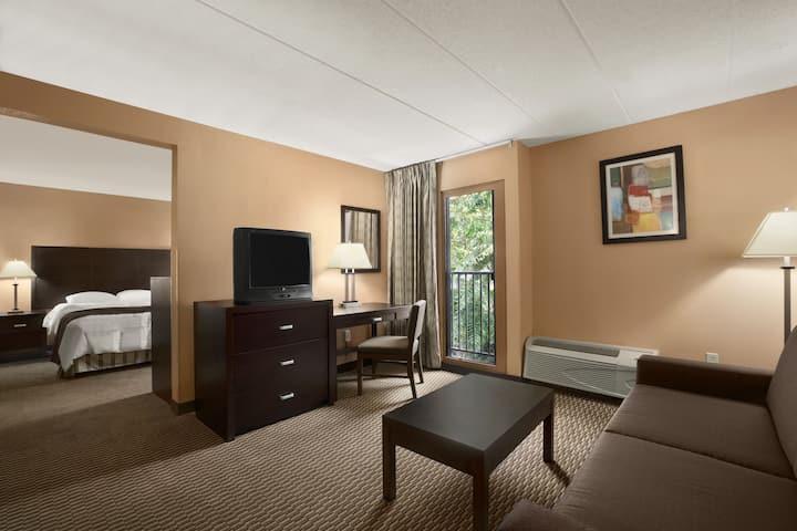 Days Inn & Suites Cincinnati suite in Cincinnati, Ohio