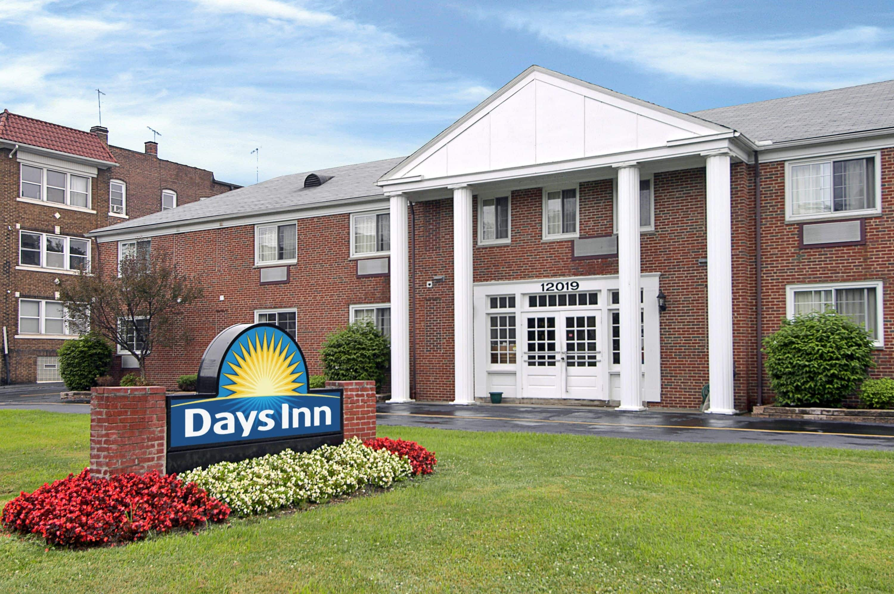 Exterior Of Days Inn Cleveland Lakewood Hotel In Ohio With Hotels Near Browns Stadium