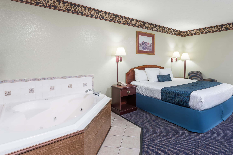 Days Inn & Suites Youngstown / Girard Ohio suite in Girard, Ohio
