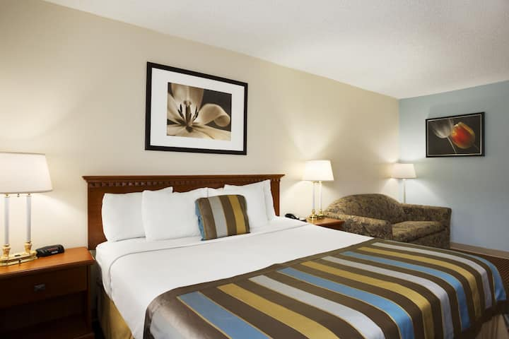 Guest room at the Days Inn Middletown in Middletown, Ohio