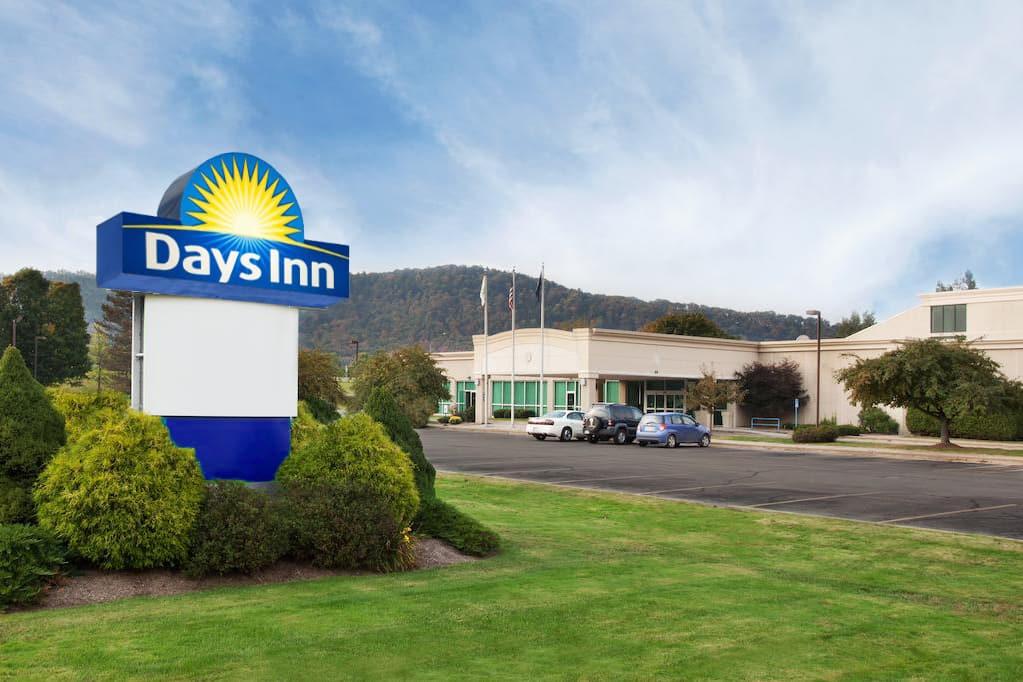 Exterior Of Days Inn Warren Hotel In Pennsylvania