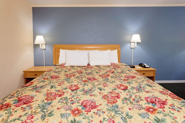 Guest room at the Days Inn Turbeville in Gable, South Carolina
