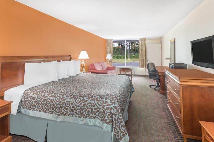 Guest room at the Days Inn Orangeburg South in Orangeburg, South Carolina